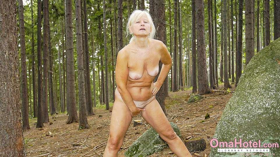 Bilder wald oma im nackt Folter